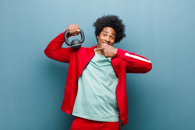 若い黒人男性スポーツ青いグランジwにダンベルを持つ男