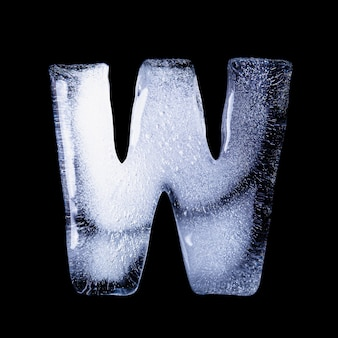 W замерзшая вода в форме алфавита на черном фоне