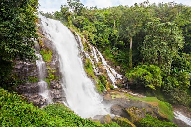 Водопад вачиратхан - водопады в районе чом тонг, провинция чиангмай, таиланд.
