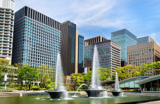 Парк фонтанов вадакура в районе маруноути токио - япония