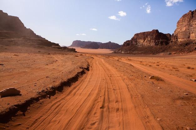 ヨルダンのワディラム砂漠。ヨルダンの砂漠の風景。旅行のコンセプト。自由