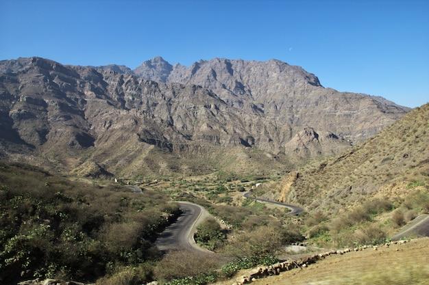 イエメンの山のワディサラ