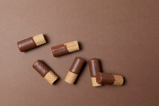 Вафельные трубочки наполовину покрытые молочным шоколадом