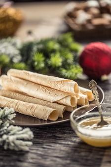 はちみつで巻いたウエハース。伝統的なスロバキアとチェコのクリスマスペストリー-oblatky。
