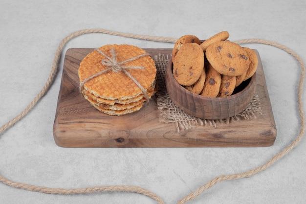 白い表面にワッフルとクッキーのボウル。高品質の写真