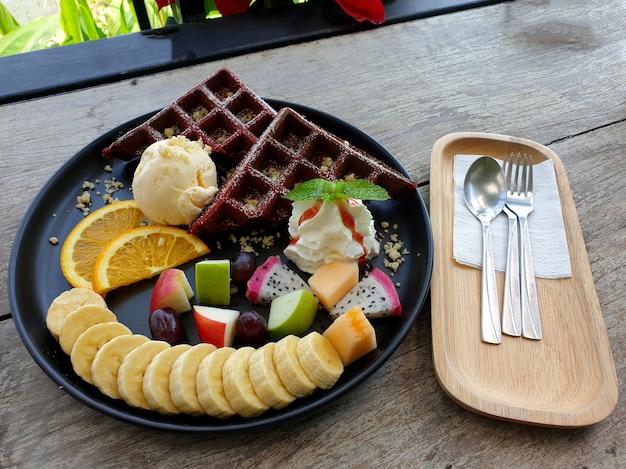 Вафельный банан, яблоко, апельсин и драконий фрукт с ванилью мороженое десерт