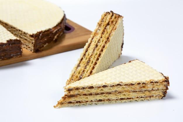 컷 근접 전면보기에 흰색 배경에 와플 케이크