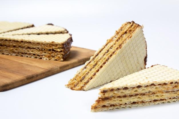 컷 클로즈업에 흰색 바탕에 와플 케이크