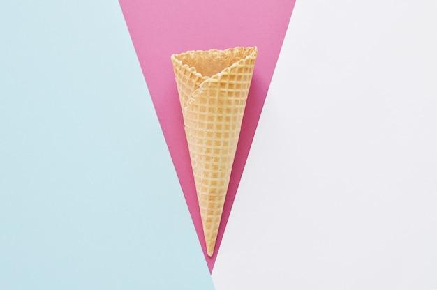 Вафельный рожок на белом, сине-розовом фоне