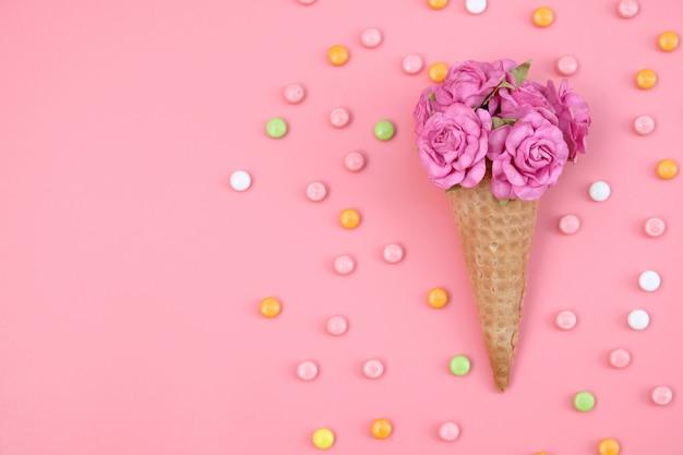 花とカラフルなキャンディーピンクのワッフルコーン