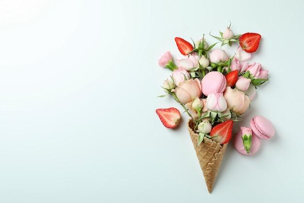 꽃, 딸기, 흰색 바탕에 마카롱 와플 콘
