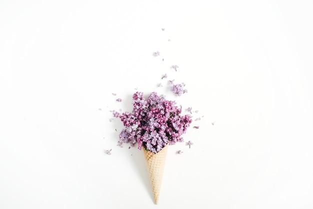 白のライラックの花の花束とワッフルコーン
