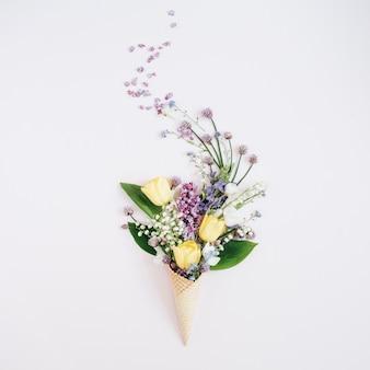 ライラックの花、スズラン、チューリップの花束とワッフルコーン