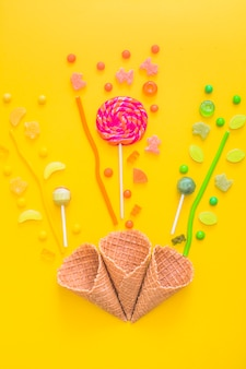 Coni di cialde e caramelle colorate