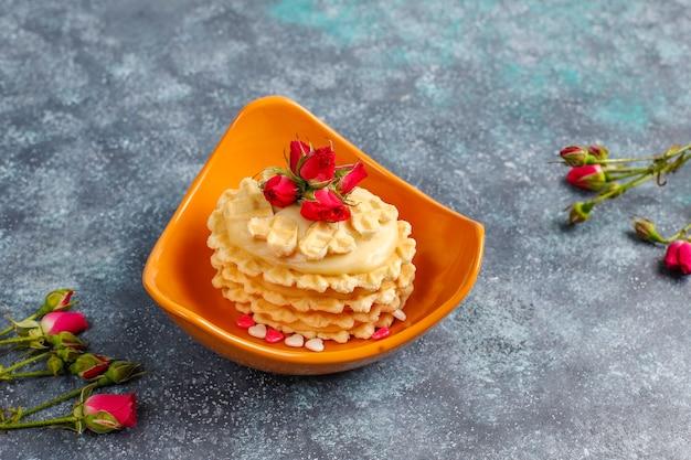 Biscotti waffle con deliziosa crema fatta in casa.