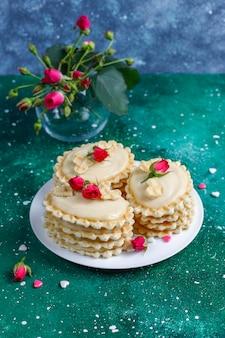 수제 맛있는 크림을 곁들인 와플 쿠키.