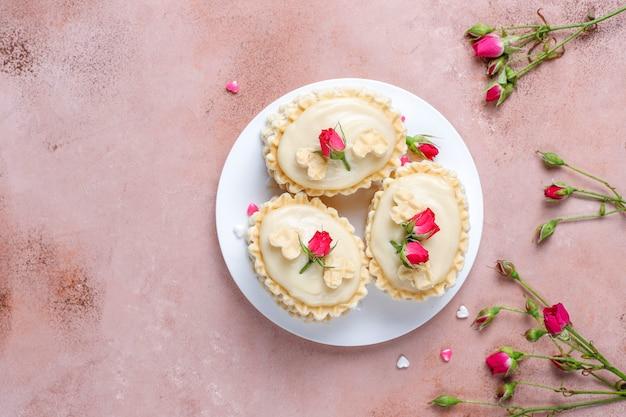 自家製のおいしいクリームとワッフルクッキー。