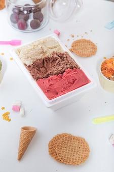 아이스크림 욕조 평면도와 와플 쿠키. 수직 이미지