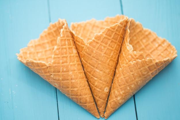 Вафельный стаканчик мороженого в стильном лесу