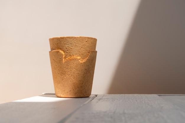Вафельные чашки белого деревянного стола в жестком свете с творческой тенью. новый тренд концепции экологически чистых кофейных чашек