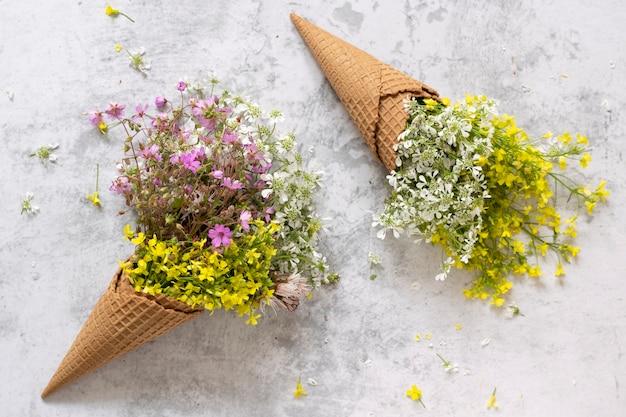 싱그러운 야생화가 가득한 와플 아이스크림