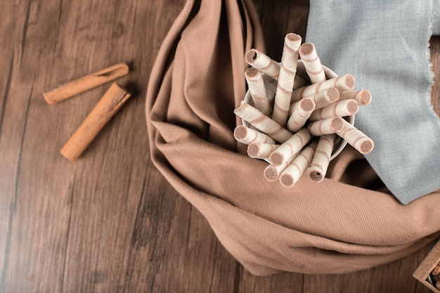 Вафельные палочки и корица на деревянном столе