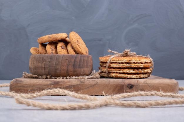 白いテーブルの上のワッフルとクッキーのボウル。高品質の写真