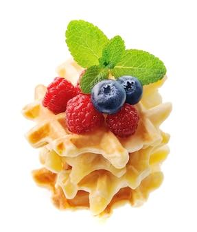 Вафли с ягодами и мятой изолированы.