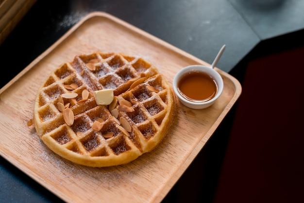 나무 접시에 버터 와플