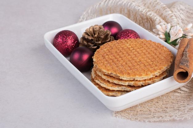 하얀 접시에 cinnamonnd 크리스마스 장난감 와플.