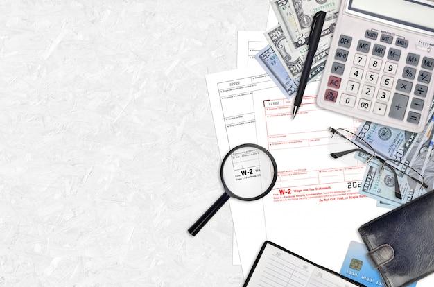 임금 및 세금 명세서는 평평한 사무실 테이블에 채워질 준비가되어 있습니다.
