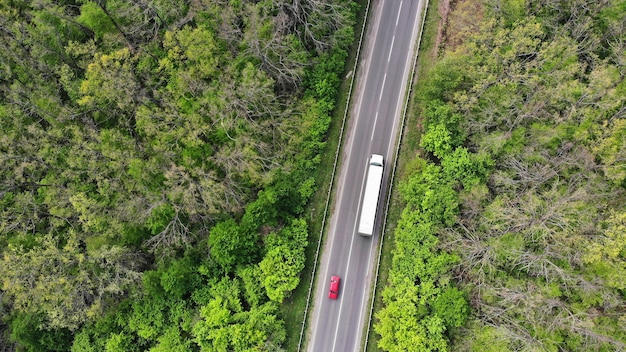 高速道路を運転するワゴントラックと赤い車