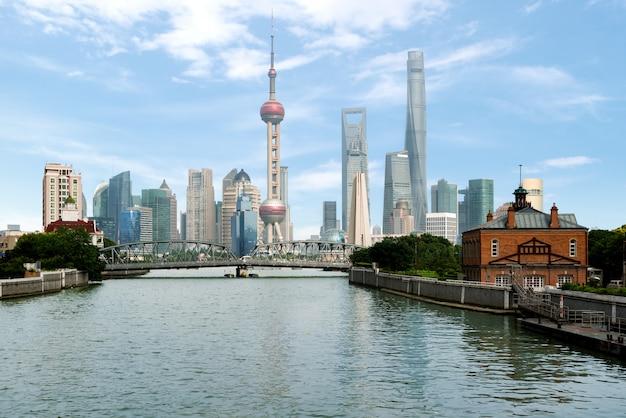 Горизонт шанхая с историческим мостом waibaidu, в шанхае китае.