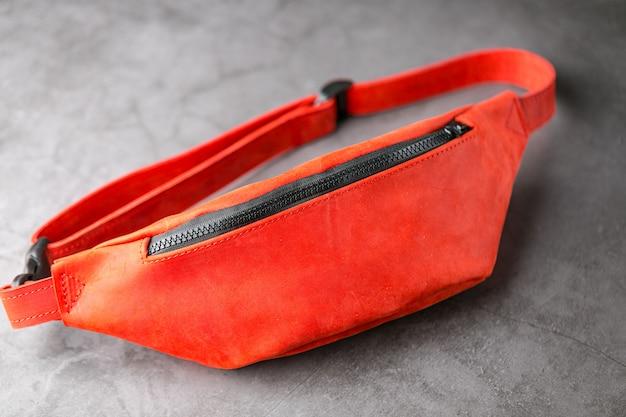 회색에 빨간 가죽으로 만든 허리 가방