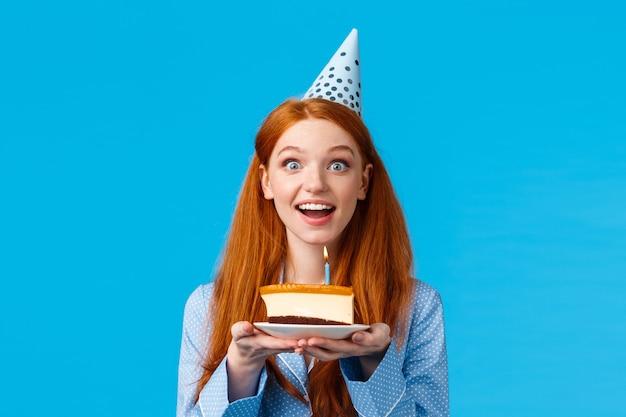 Портрет талии веселая и жизнерадостная милая улыбающаяся рыжая женская девушка