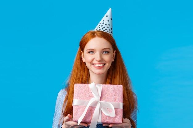 Портрет талии веселая счастливая, красивая рыжая, рыжая девушка празднует день рождения