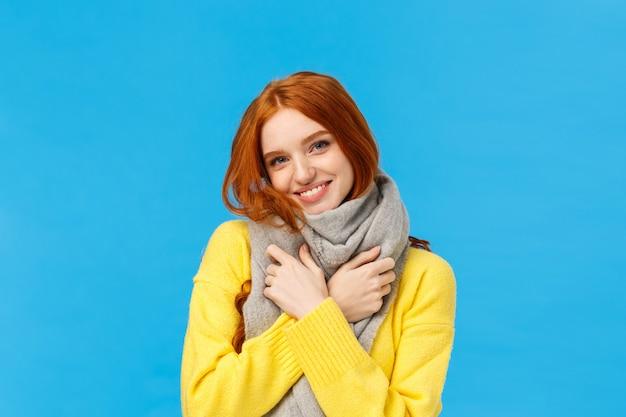 Талия-up портрет милой и милой рыжей женщины