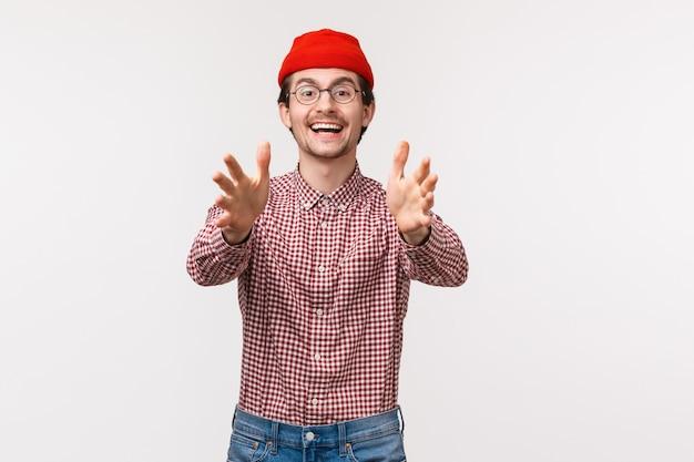 Портрет талии вверх счастливый улыбающийся человек кавказской, достигнув чего-то, поднимите руки, чтобы поймать объект, играя с другом, в ожидании прохода, получить подарок