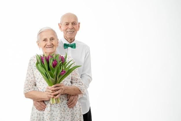 Талия портрет счастливой улыбающейся пары с букетом