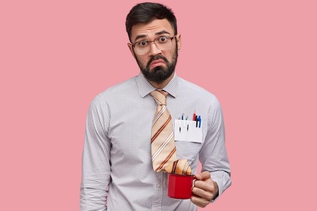 Mezzo busto di imprenditore maschio barbuto scontento, volto accigliato, espressione di scontento dopo aver fallito la firma del contratto