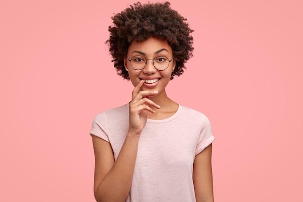 즐거운 찾고 웃는 아프리카 계 미국인 여성의 허리까지 행복한 표정이 있습니다.