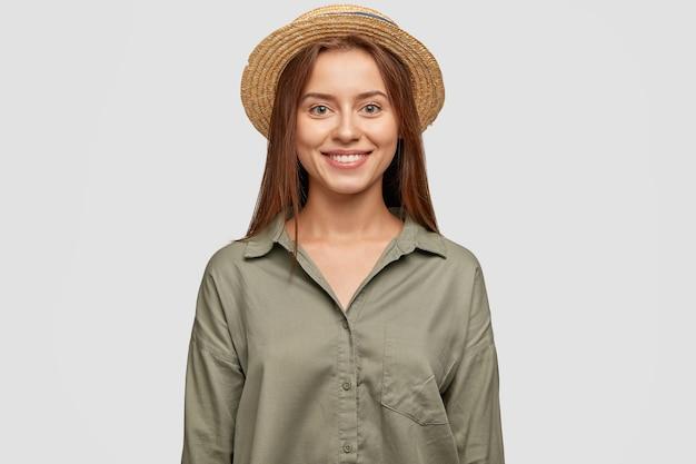 Снимок талии красивой молодой кавказской дамы с зубастой улыбкой, находящейся в приподнятом настроении
