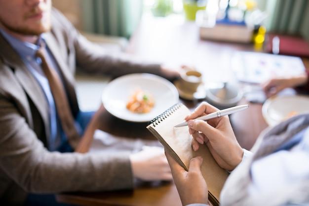 Официант и клиент в кафе