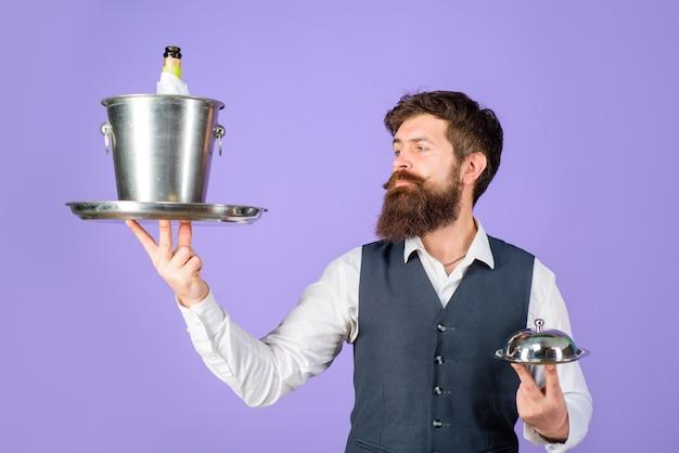Официант красивый официант с подносом и винный холодильник, обслуживающий профессионального официанта в