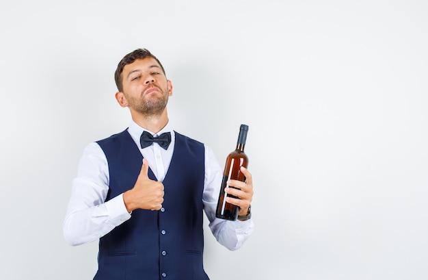 シャツのウェイター、親指を上にしてアルコールボトルを保持し、誇らしげに見えるベスト、正面図。