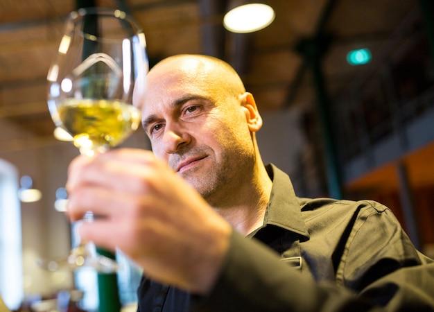 ワインのグラスを見てウェイター