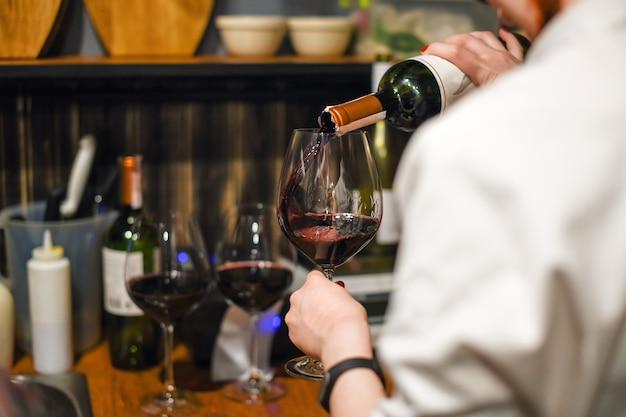 ワインを注ぐウェイター