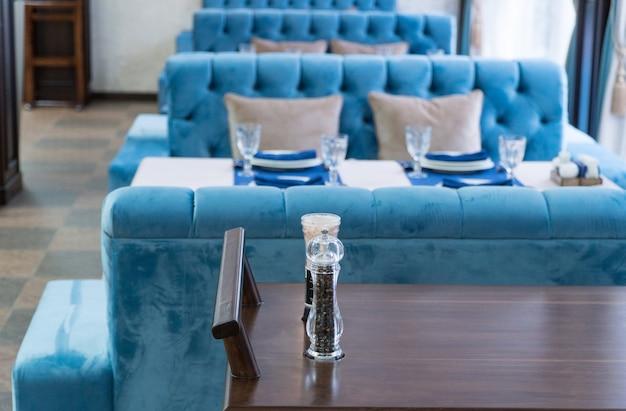 레스토랑에서 제공되는 테이블의 배경에 있는 웨이터의 카트