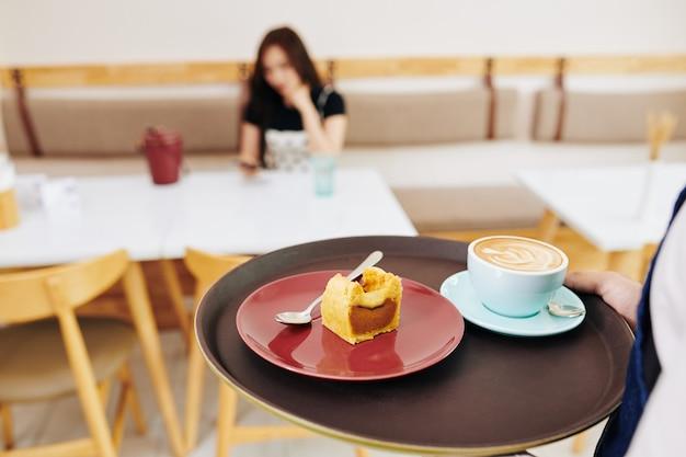 コーヒーとデザートのウェイター