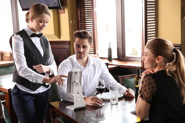 レストランで注文するウェイター